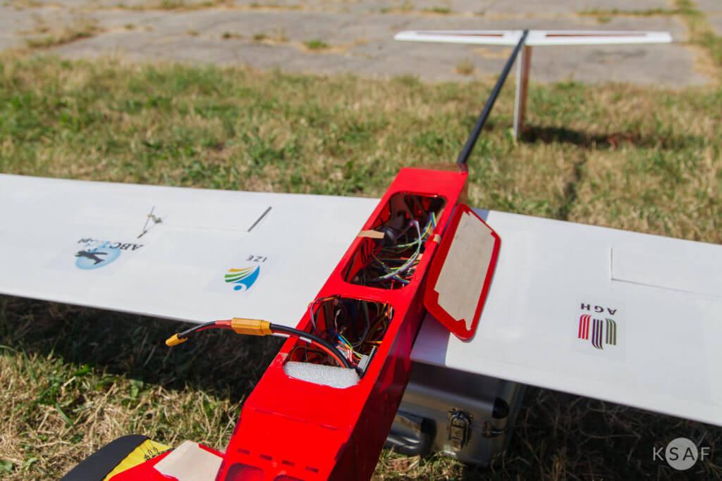 środek samolotu solar plane w barwach agh