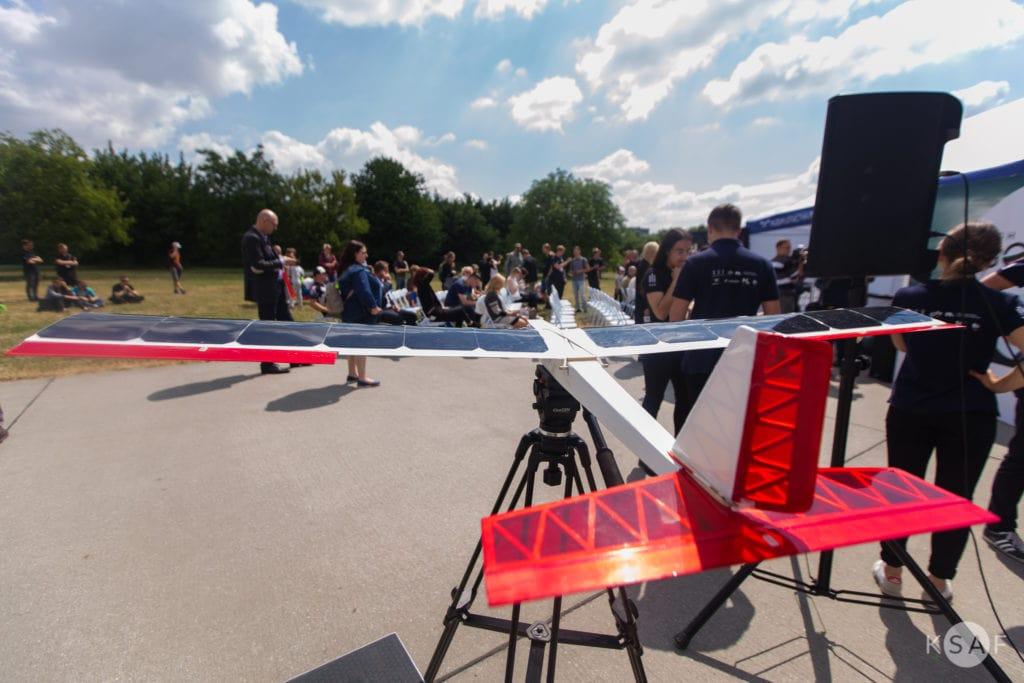 samolot solar plane na wystawie w tle widać ludzi