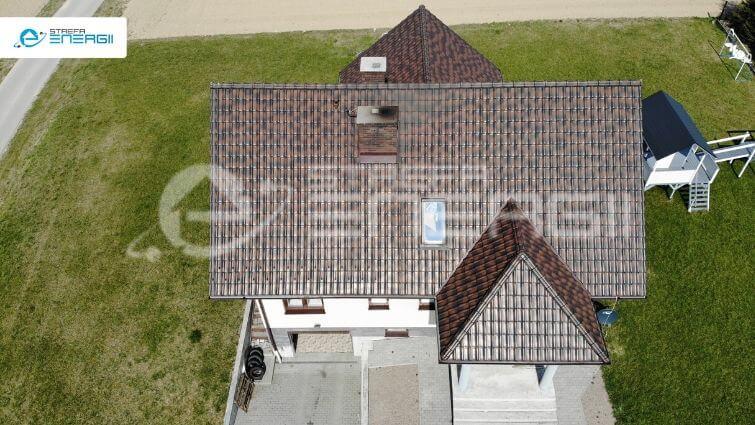 panele fotowoltaiczne zrzut z autorskiej aplikacji strefy energii, na którym widać dom bez paneli na fotowoltaicznych na dachu