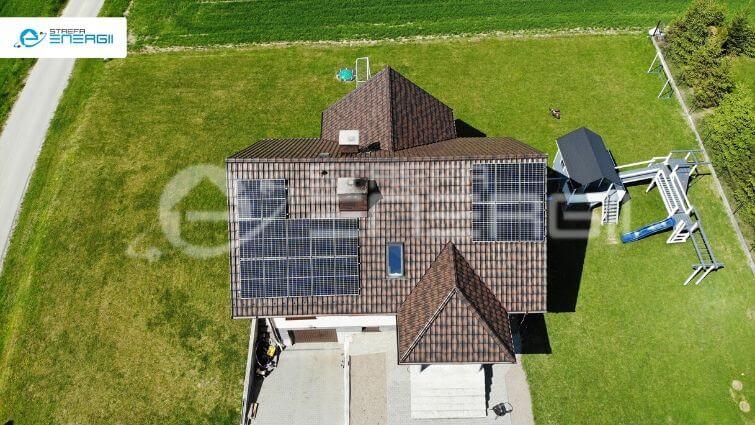 panele fotowoltaiczne zrzut z autorskiej aplikacji strefy energii, na którym widać dom z panelami fotowoltaicznymi na dachu