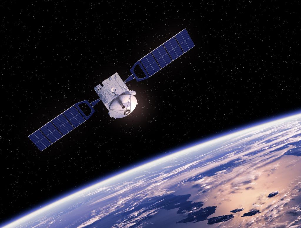 Fotowoltaika i jej zastosowanie w kosmosie - satelita z panelami fotowoltaicznymi na tle Ziemi