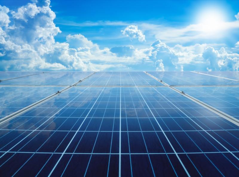 Odnawialne źródła energii - panele fotowoltaiczne i niebieskie niebo w tle