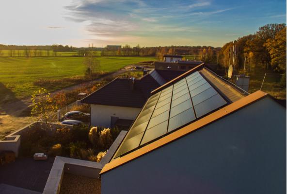 zanieczyszczenie powietrza - fotowoltaika na dachu