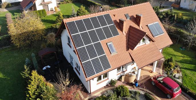 panele full black na dachu domu