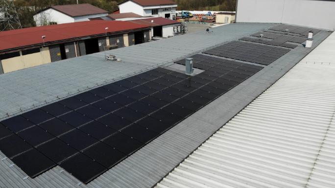 panele full black na dachu firmy