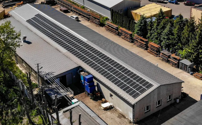 panele fotowoltaiczne na dachu budynku